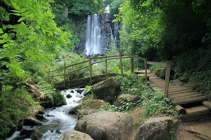 La courte randonnée nous mène à la cascade de Vaucoux