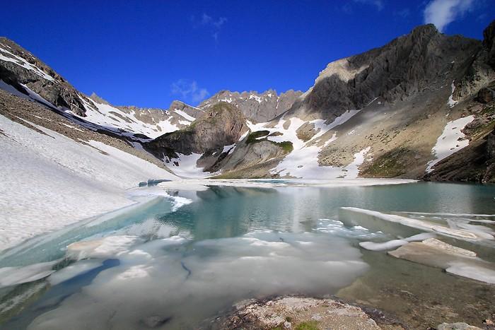 Magnifique lac des Béraudes en début de saison